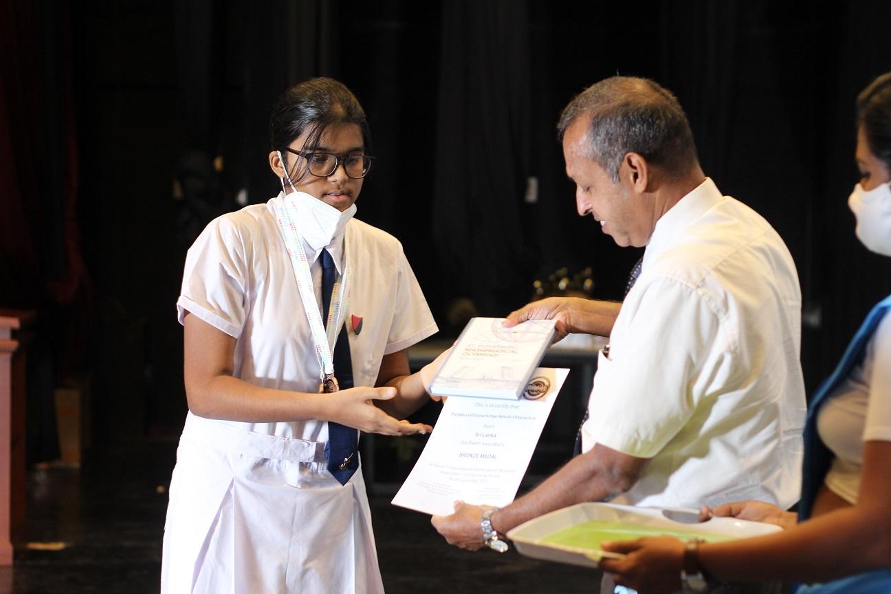 MoE Secretary Prof. K. Perera to N. Vithanaachchi (Vishaka Vidyalaya) IMO 2020 Bronze